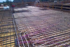 """<div class=""""bildtitel"""">Blick auf die Installation der Klimadecke in der Bauphase</div>"""