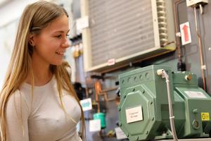 """<div class=""""bildtitel"""">Studentin Lisa Hurst bei einem Versuch mit einer Kaskadenkälteanlage im Kältelabor der Hochschule Karlsruhe</div>"""
