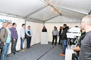 """<div class=""""bildtitel"""">Geschäftsführerin Isabell Walter begrüßte im Begegnungspavillon mit ihrem Team die teils von weither angereisten Gäste. </div>"""