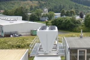 """<div class=""""bildtitel"""">Maßgeschneiderter Container, in dem die sieben AdKMs installiert sind, sowie der Rückkühler auf dem Dach platziert wurde. </div>"""