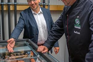 """<div class=""""bildtitel"""">Geschäftsführer Uwe Frehn (links) erklärt einem Gast der Eröffnungsfeier die Funktionsweise des HVRF-Systems.</div>"""