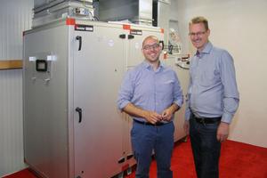 """<div class=""""bildtitel"""">Uwe Frehn (links) und Olaf Jütersonke (HTH Hanse) vor dem Lüftungsgerät von IV Produkt</div>"""