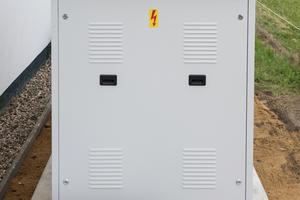 """<div class=""""bildtitel"""">Überschüssige Abwärme wird im Sommer über eine Rückkühlereinheit nach außen transportiert. </div>"""