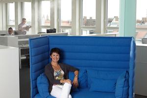 Ulrike Sailer, Senior Office Manage, ist von den Vorteilen einer Luftbefeuchtung im Büro überzeugt.