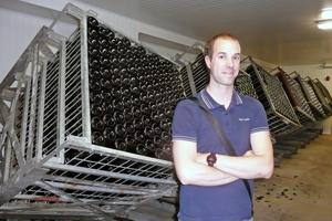Nicolas Quiles, Technischer Leiter und Önologe bei Rivarose, vor den Gyropaletten, in denen die Schaumwein-Flaschen automatisch gerüttelt werden.
