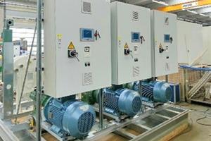 """<div class=""""bildtitel"""">Jede der drei Anlagen wird über einen separaten Schaltschrank gesteuert, wobei eine zentrale Kommunikation sichergestellt ist. Das schafft eine wichtige Voraussetzung für energiesparenden Betrieb.</div>"""