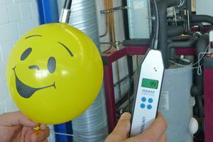 """<div class=""""bildtitel"""">Durchgängigkeit von Wasserstoffmolekülen am Beispiel eines gefüllten Ballons mit Formiergas 95/5 </div>"""