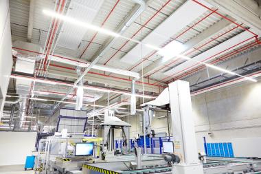 """Zwei Bauformen der Hocheffizienz-Deckenstrahlplatten von Frenger, Baureihe """"Eco Evo Plus"""", sind im neuen Technikwerk installiert."""