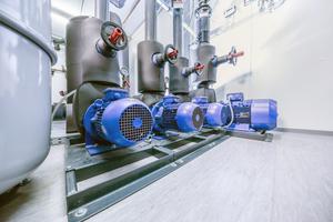 """<div class=""""bildtitel"""">Blick auf die zentrale Pumpen-Tank-Einheit der Gesamtanlage, die aus drei Kälteanlagen mit jeweils unterschiedlichem Wirkprinzip besteht. </div>"""