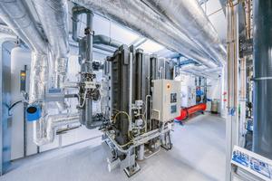 """<div class=""""bildtitel"""">Die Absorptionskältemaschine wird im Sommer vom hauseigenen BHKW mit Wärme versorgt.</div>"""
