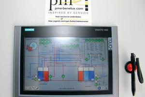 """<div class=""""bildtitel"""">Transparenz an der Mensch-Maschine-Schnittstelle: Das zentrale Touch Panel zeigt alle relevanten Betriebszustände an.</div>"""