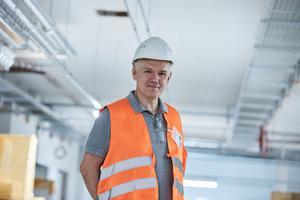 """<div class=""""bildtitel"""">Seit Frühjahr 2017 ist die Röckinghausen GmbH aus Raesfeld-Erle zertifizierter Verarbeiter des """"Teclit""""-Systems. Projektleiter Wolfram Opitz setzt die nichtbrennbare Dämmung für Kälteleitungen an haustechnischen Anlagen ein.</div>"""