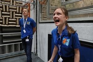 In der geräuscharmen Mess-Kammer für Ventilatoren traten die Kinder beim Maus-Türöffnertag in Künzelsau zu einem Schrei-Wettbewerb an.