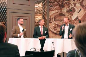 """<div class=""""bildtitel"""">Christian Schlicht (links), Tobias Pickert (rechts, beide ECE Projektmanagement GmbH &amp; Co. KG) und Günther Mertz (FGK) in offener Diskussion mit den Teilnehmern des Klima-Tages zum Thema Betreiberverantwortung.</div>"""