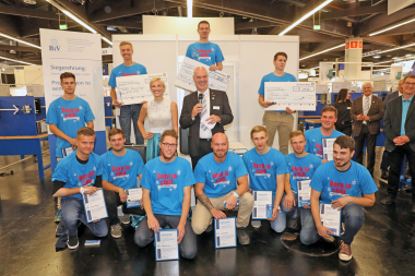 Teilnehmer des Bundesleistungswettbewerbs mit Miss Chillventa und Bundesinnungsmeister Heribert Baumeister