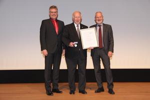 """<div class=""""bildtitel"""">Dr. Rainer Jakobs (Mitte) erhielt in Aachen die Rudolf-Plank-Medaille. Die Laudatio hielt Prof. Michael Arnemann (links); rechts Prof. Ulrich Hesse (DKV-Vorsitzender)</div>"""