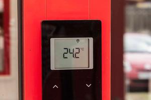 """<div class=""""bildtitel"""">Über das Funk-Regelungssystem """"EnergyLogic Touchline"""" kann getrennt der Heiz- oder Kühlfall gesteuert werden.</div>"""