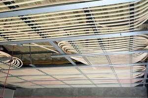 """<div class=""""bildtitel"""">Die Kühldecken bei Roth Plastic Technology verwandeln Raumdecken in Strahlungsflächen, die Räume im Sommer angenehm kühlen.</div>"""