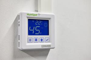 """<div class=""""bildtitel"""">Digitale Steuergeräte regeln die Luftfeuchte auf mindestens 40 %.</div>"""