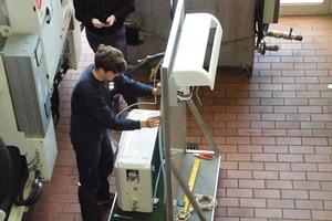 """<div class=""""bildtitel"""">Installation der Propan-Klimaanlage durch einen Monteur der Zeller Kälte- und Klimatechnik GmbH</div>"""