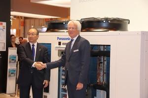 """<div class=""""bildtext"""">Toshiyuki Takagi, Präsident Panasonic Air-Conditioning, und Gerald Engström, Gründer von Systemair, verkündeten in Madrid eine Kooperation. </div>"""