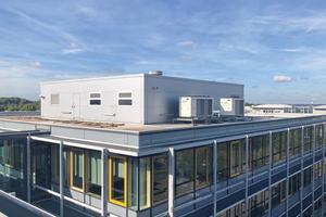"""<div class=""""bildtitel"""">Die auf dem Gebäudedach aufgestellten Kältemaschinen</div>"""