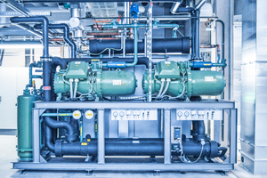 """<div class=""""bildtitel"""">L&amp;R projektierte für Spies zunächst zwei 300 kW-Kälteanlagen für die Werkzeug- und eine 470 kW-Anlage für die Hydraulikkühlung. Diese Anlagen sind bereits in Betrieb. Zwei weitere 300 kW-Anlagen für die Werkzeugkühlung werden zu einem späteren Zeitpunkt installiert. Alle Anlagen sind mit dem HFO-Blend R513A befüllt.</div>"""