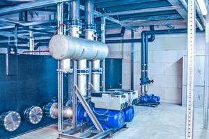 "<div class=""bildtitel"">Zu den zahlreichen energiesparenden Konstruktionsmerkmalen der ""ECOPRO 2.0""-Kälteanlagen gehören bedarfsgerecht regelbare Pumpen. </div>"
