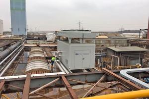 """<div class=""""bildtitel"""">Bild 1: Position des Maschinencontainers zwischen Altbestand auf dem Dach des Stahlwerkes mit Abgang der mit Blechmantel umhüllten Rohrleitung</div>"""