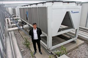 """<div class=""""bildtitel"""">Giorgio Mangia (Facility Manager) des Einkaufszentrums vor den ClimavenetaGeräten auf dem Dach des Gebäudes</div>"""