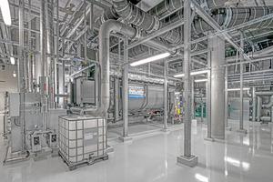"""<div class=""""bildtitel"""">Die fertige Technikzentrale mit Absorptionskältemaschinen in Halle 12</div>"""