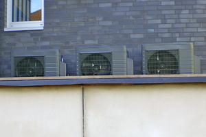 """<div class=""""bildtitel"""">... oder schwarz. Auch die Designmöglichkeiten der Außengeräte werden auf der Homepage thematisiert und gezeigt. </div>"""