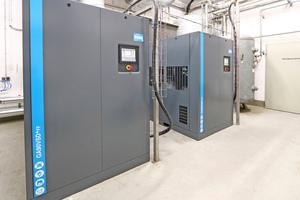 """<div class=""""bildtitel"""">Die neue Kompressorstation spart über 20 % Energie. Zu verdanken ist das vor allem der Drehzahlregelung der einzelnen Maschinen, aber auch ihrer besonders effizienten Konstruktion sowie der übergeordneten Steuerung """"ES 6"""", die alle Kompressoren energiesparend auslastet und Leerlaufzeiten vermeidet. </div>"""