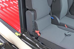 """<div class=""""bildtitel"""">Bei der sogenannten Extenso-Kabine lässt sich der äußere Beifahrersitz umklappen und eine Durchlademöglichkeit in der Trennwand öffnen. </div>"""