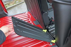 """<div class=""""bildtitel"""">In der Trennwand lässt sich einfach eine Durchlademöglichkeit öffnen – dann können im """"Worker XL"""" bis zu 3.440 mm lange Materialien transportiert werden. </div>"""