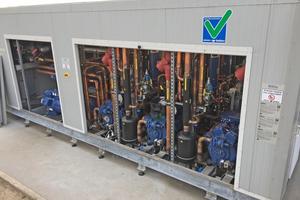 """<div class=""""bildtitel"""">In diesem Anlagencontainer sind die drei zweistufigen Wärmepumpen untergebracht. Sie können bei Bedarf bis zu 550kW Wärme bei 80°C liefern – und das selbst bei -20°C Außentemperatur.</div>"""