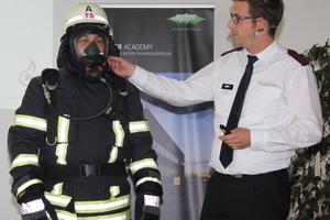 """<div class=""""bildtitel"""">Was muss die Feuerwehr beim Umgang mit brennbaren Kältemittel beachten? Vortrag von Feuerwehrmann und Bitzer-Mitarbeiter Sascha Rempis</div>"""