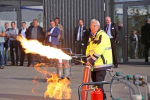 """<div class=""""bildtitel"""">Imposante Vorführung zum Umgang mit brennbaren Gasen durch Martin Krude, Westfalen AG</div>"""