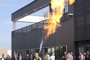 """<div class=""""bildtitel"""">Ein selbst gebauter Flammenwerfer</div>"""