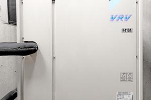 """<div class=""""bildtitel"""">Um möglichst ohne Energieverluste zeitgleich am jeweils erforderlichen Ort kühlen bzw. heizen zu können, kommt ein 3-Leitersystem mit Wärmerückgewinnung zum Einsatz.</div>"""