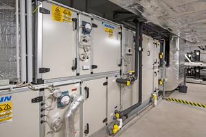 """<div class=""""bildtitel"""">Für die Belüftung des Hotels sorgen acht Lüftungsgeräte, die auf dem Dach sowie im Keller des Hotels installiert wurden.</div>"""