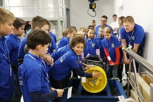 Technik begreifen: Mit Muskelkraft die Bremsen an einem Aufzugsmotor lösen.