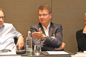 "<div class=""bildtitel"">Dirk Eggers (Panasonic), Rainer Feichtmeier (Daikin) und KKA-Chefredakteur Christoph Brauneis</div>"