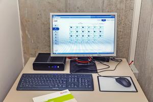 """<div class=""""bildtitel"""">In einem kleinen Technikraum ist ein PC aufgestellt, auf dem eine multifunktionale Bediensoftware """"TG-2000A"""" den genauen Energieverbrauch pro Mieteinheit ermittelt. </div>"""