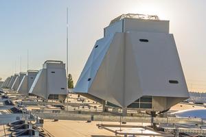 """<div class=""""bildtitel"""">Insgesamt wurden 32 Außengeräte mit einem Gewicht von jeweils 184 kg installiert.</div>"""
