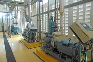 "<div class=""bildtitel"">NH<sub>3</sub>- und CO<sub>2</sub>-Kompressoren im Maschinenraum</div>"