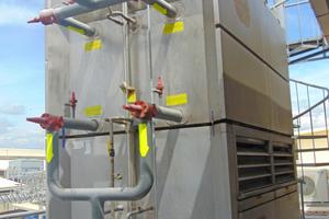"""<div class=""""bildtitel"""">Zwei """"ECOSS""""-Verdunstungsverflüssiger geben die überschüssige Wärme der NH<sub>3</sub>-Kompressoren an die Umgebung ab.</div>"""