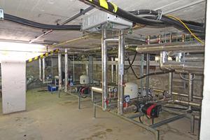 "<div class=""bildtitel"">Hydraulik im Keller unter dem Sendesaal </div>"