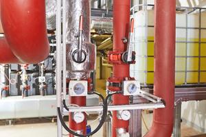 """<div class=""""bildtitel"""">Die Armaturen und aufgehenden Kälteleitungen in der haustechnischen Zentrale vor der Isolierung mit """"Teclit""""</div>"""