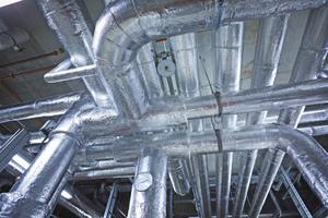 """<div class=""""bildtitel"""">Kältedämmung und Wärmedämmung nicht brennbar: Die Dämmtechnik Trapp GmbH hat auf """"Teclit"""" und """"Rockwool 800"""" gesetzt. Deutlich sichtbar: die """"Teclit""""-Hanger. Sie umschließen die Rohrleitung mit einem Dämmkern aus druckfester Steinwolle und minimieren so den Wärmeeintrag in das Kältemedium im Bereich der Rohrhalterungen.</div>"""